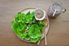 Salade délicieuse verte et un verre de lait chocolaté Photo stock