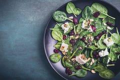 Salade d'épinards avec du fromage de moutons Photographie stock libre de droits
