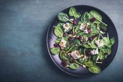 Salade d'épinards avec du fromage de moutons Image stock