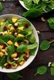 Salade d'épinards de mangue avec les canneberges et les écrous secs Nourriture saine photographie stock libre de droits