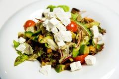 Salade d'été avec des écrimages de feta photo stock