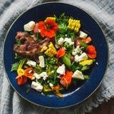 Salade d'été avec des légumes et des fleurs comestibles photos stock