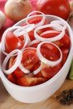 salade d'été avec des tomates et des boucles d'oignon Photos libres de droits