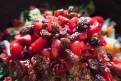 Salade d'été avec les graines et la sultanine de tomates dans une cuvette en bois Photos libres de droits