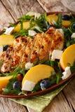 Salade d'été de poulet grillé, pêches, myrtilles d'arugula Photographie stock libre de droits