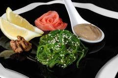Salade d'algue de Chuka avec de la sauce à arachide Images stock