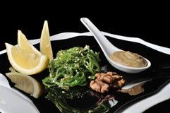 Salade d'algue de Chuka avec de la sauce à arachide Image stock