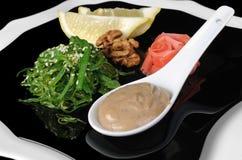 Salade d'algue de Chuka avec de la sauce, le citron et les graines de sésame à arachide Photo libre de droits