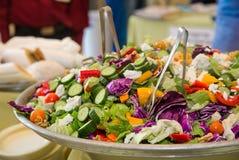 Salade d'alimentation saine avec les légumes frais images libres de droits