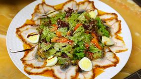 Salade d'anguille avec des légumes et des oeufs de caille banque de vidéos