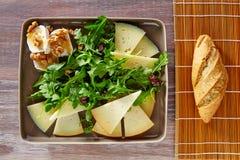 Salade d'Arugula avec du miel et des écrous de fromage de chèvre Photographie stock