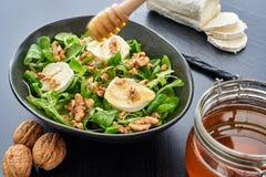 Salade d'automne avec la mâche, fromage de chèvre, noix, bâton de miel image libre de droits