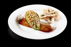 Salade d'avocat d'épinards de thon sur le fond noir Foyer sélectif, l'espace de copie Photos libres de droits