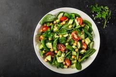 Salade d'avocat, de tomate, de pois chiches, d'épinards et de concombre images stock