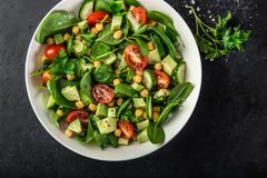 Salade d'avocat, de tomate, de pois chiches, d'épinards et de concombre image stock