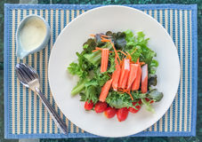 Salade d'imitation de bâton de crabe Photo stock
