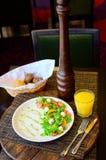 Salade d'oeuf de caille avec de la laitue et des tomates d'un plat photographie stock