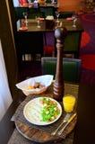 Salade d'oeuf de caille avec de la laitue et des tomates d'un plat images stock