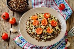 Salade d'oignon rôtie par lentille verte et de tomate Photos stock