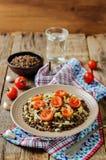 Salade d'oignon rôtie par lentille verte et de tomate Photo stock