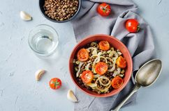 Salade d'oignon rôtie par lentille verte et de tomate Images stock