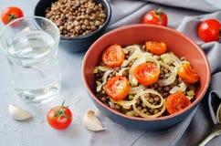 Salade d'oignon rôtie par lentille verte et de tomate Photo libre de droits