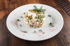 Salade d'Olivier avec le poulet Photos libres de droits