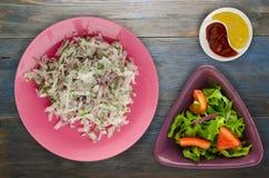 Salade daikon, uien en dille op houten Stock Foto