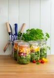 Salade dans des pots en verre de stockage Copiez l'espace images stock