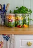 Salade dans des pots en verre de stockage dans la cuisine image libre de droits