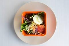 Salade dans la cuvette orange Photographie stock