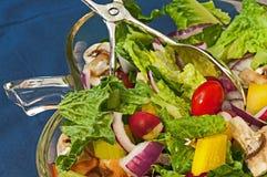 Salade dans le bol en verre Photo stock