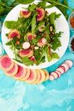 Salade dans le plat blanc autour de l'ingrédient Image stock
