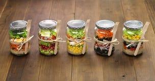 Salade dans le pot en verre Photo stock