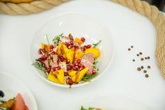 Salade dans un plat avec des légumes avec du pain sur le fond Image libre de droits