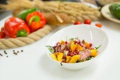 Salade dans un plat avec des légumes avec du pain sur le fond Images libres de droits