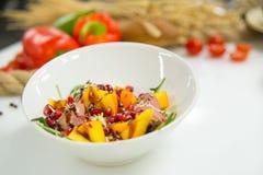 Salade dans un plat avec des légumes avec du pain sur le fond Photo libre de droits