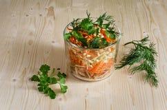 Salade dans un pot en verre de carottes Photos stock