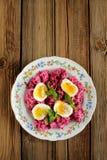 Salade de betteraves avec la menthe et les oeufs à la coque Photographie stock