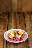 Salade de betteraves avec la menthe et les oeufs à la coque Image libre de droits