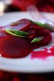 Salade de betteraves avec le poireau coupé frais Photo stock