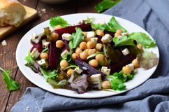 Salade de betteraves et de pois chiche Images stock