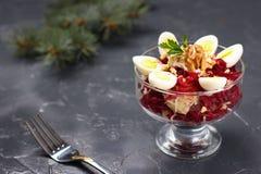 Salade de betteraves et de pomme de terre avec des oeufs de caille sur un fond foncé images stock