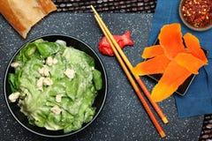 Salade de beurre de laitue avec des croustillants de fromage bleu images stock