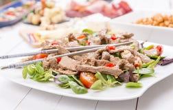 Salade de boeuf avec les graines de sésame Images libres de droits