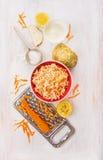 Salade de céleri et de carottes frais avec du yaourt, ingrédients réglés Image stock