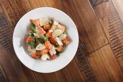 Salade de César avec des crevettes roses de roi Images stock