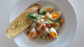 Salade de César avec des oeufs Images stock