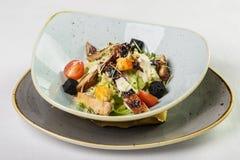 Salade de César avec le poulet dans le plat profond sur le fond blanc Photos stock