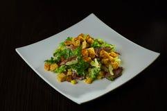 Salade de César avec le poulet, les croûtons, les tomates, les oeufs et le fromage Photographie stock libre de droits